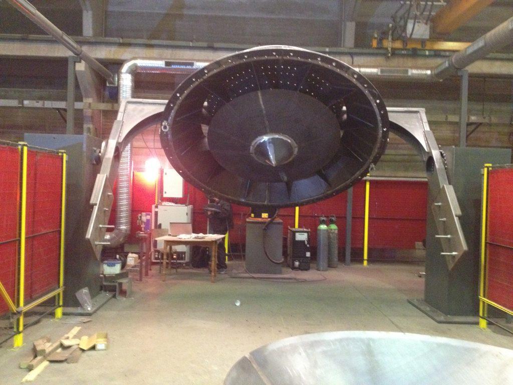 Installation robotisée avec vireur 2 axes et système d'aspiration de fumées push-pull pour permettre le chargement au pont